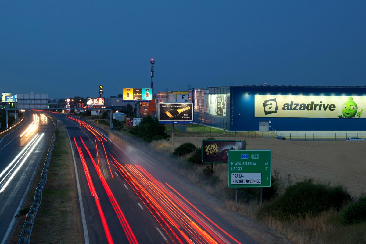 Alza má v Horních Počernicích nejen sklady, ale také možnost vyzvednout si objednávku z auta