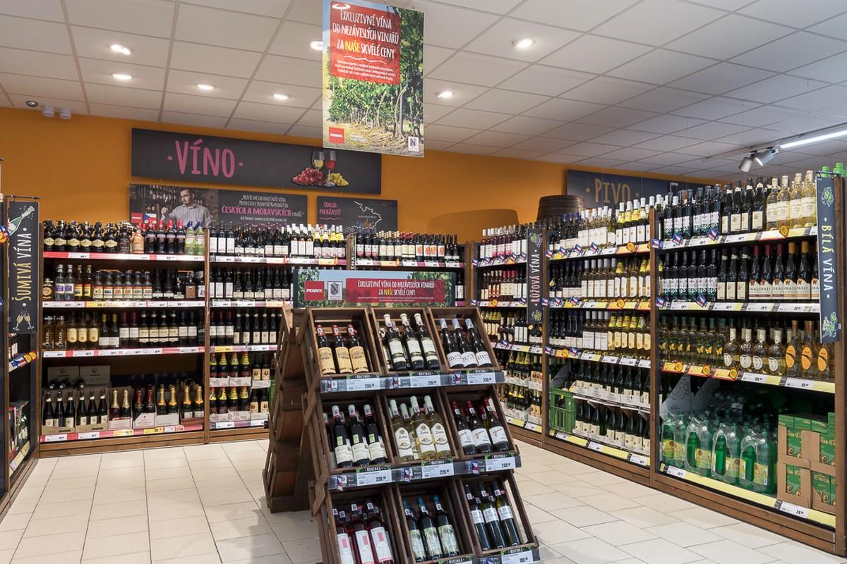 Nabídka vín od malých vinařů je umístěná v dřevěných bedínkách
