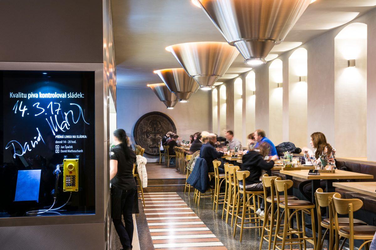 Interiér restaurace Potrefená husa Na verandách v Praze