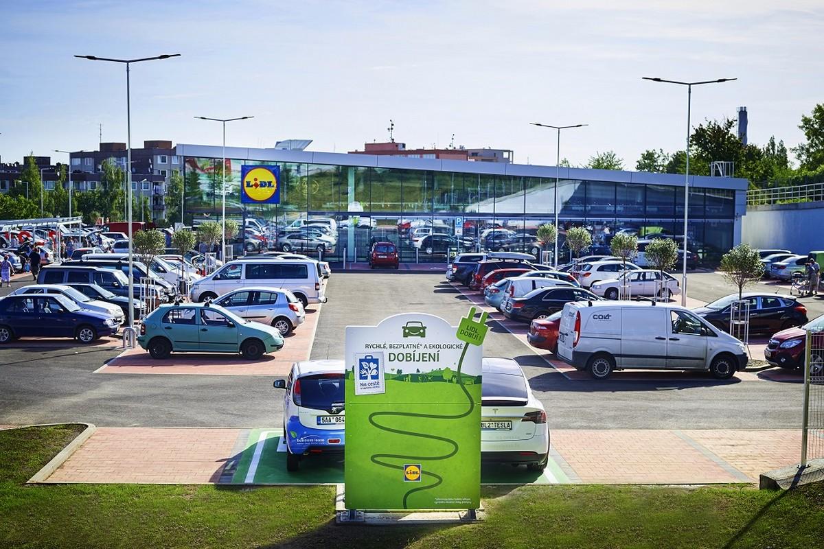 Rychlonabíjecí stanice u prodejny Lidl na Barrandově
