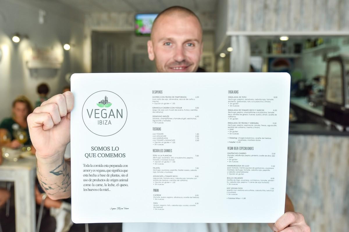 Jiří Stabla s menu své restaurace. Foto: Andrei Oprescu