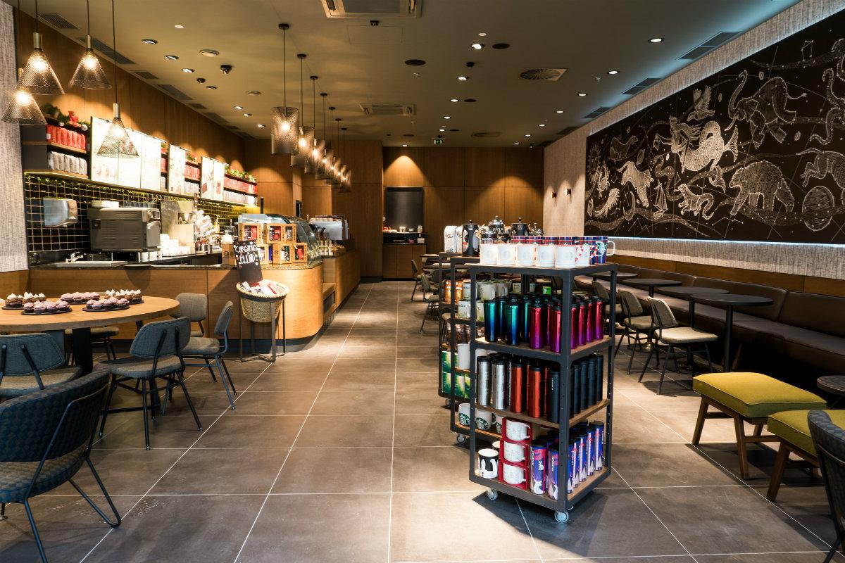 Interiér kavárny Starbucks ve Freeport Fashion Outlet