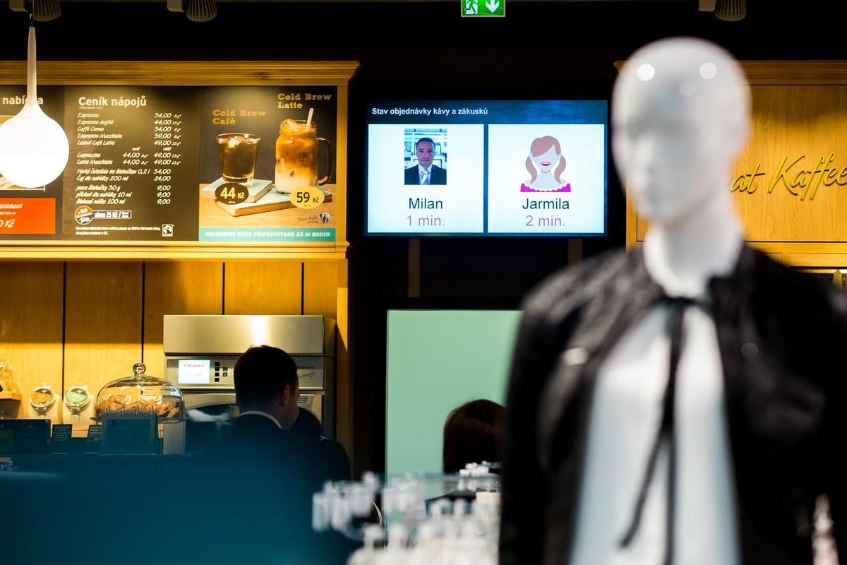 Display zobrazuje, za jak dlouho bude připravena objednávka v bistru Tchiba