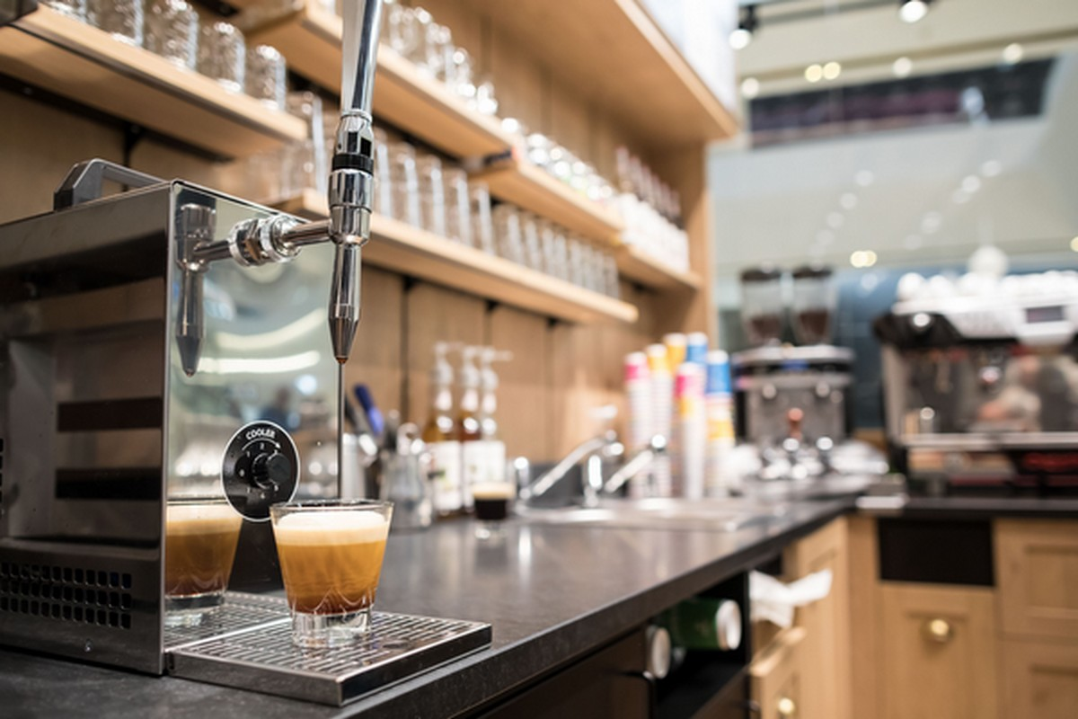 Nový způsob prodeje kávy z pípy v Centru Chodov