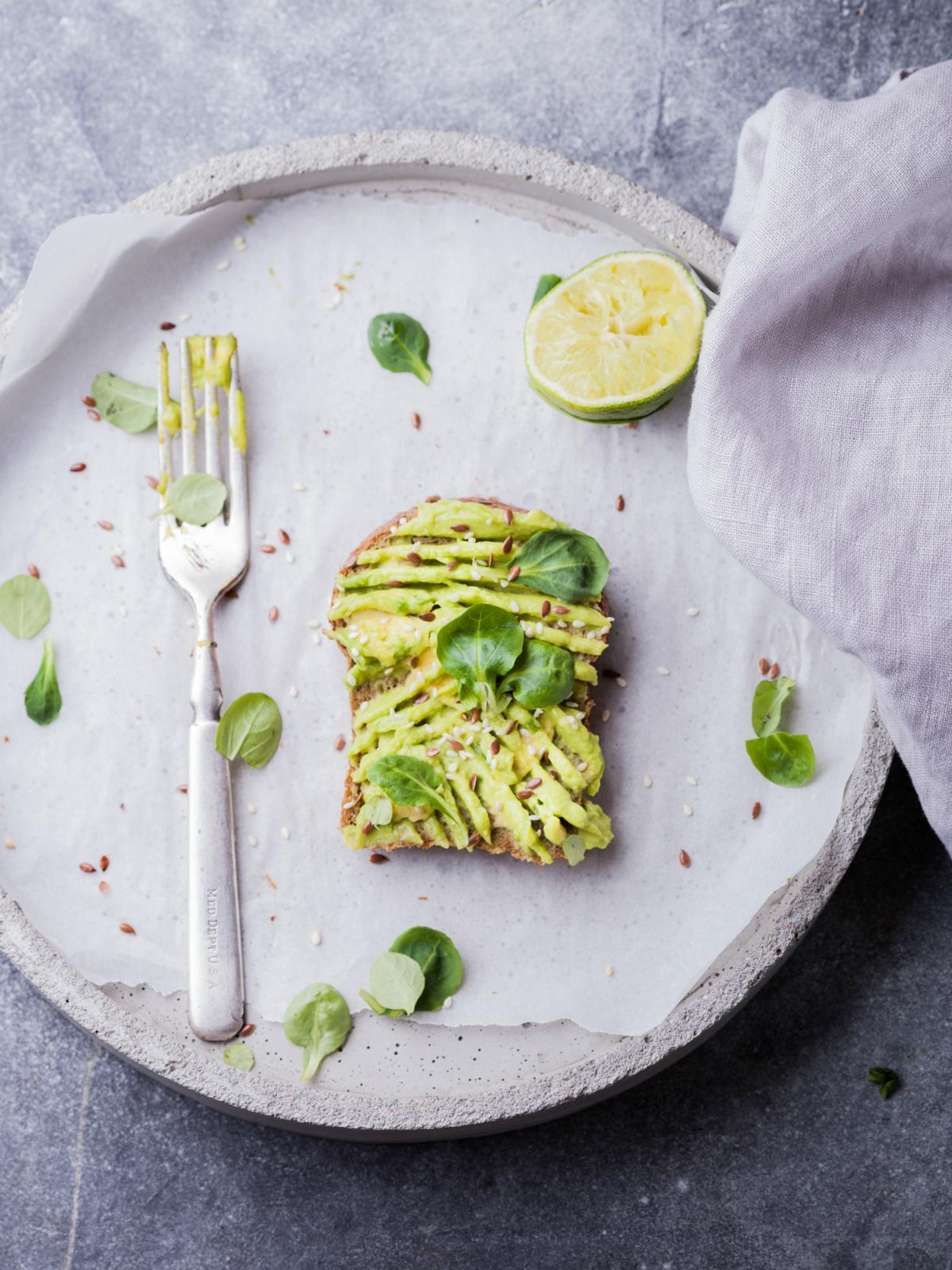 Populární avokádový toast je standardní položkou v menu většiny kaváren a bister