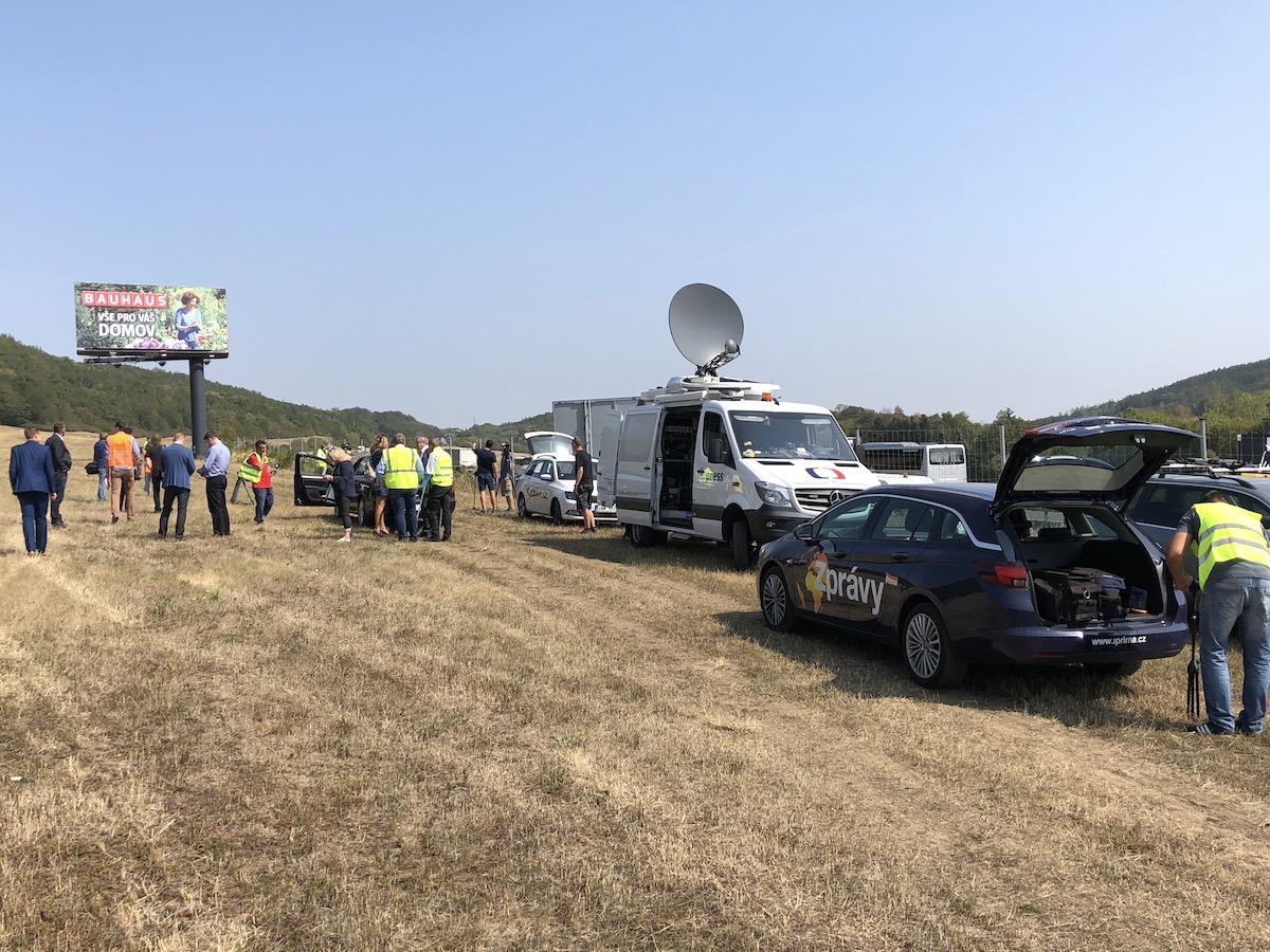 Ministerstvo dopravy pozvalo novináře na tiskovou konferenci na louku u Loděnice na Berounsku, na 10. kilometr dálnice D5