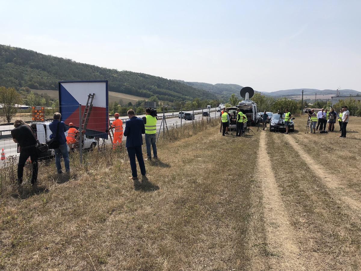 Zatímco se novináři chystali, technici firmy Czech Outdoor začali u dálnice rozebírat svůj billboard
