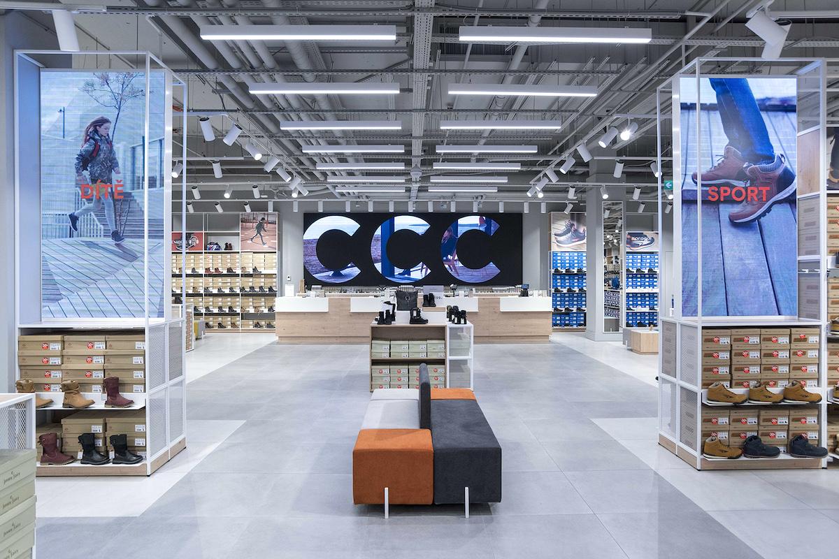 Zrekonstruovaná prodejna CCC je designovaná minimalisticky v duchu nového konceptu značky