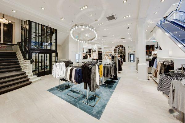 H&M zavádí nákupy s rozšířenou realitou, oblečení prezentují hologramy