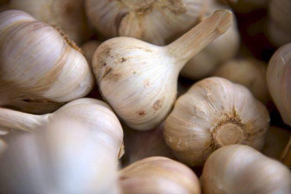 Tesco nabízí česnek s největší slevou za půl roku a vůbec nejlevnější švestky