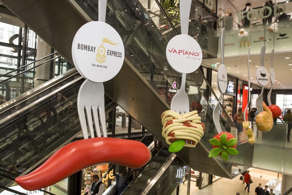 Food court v pražském Obchodním centru Quadrio