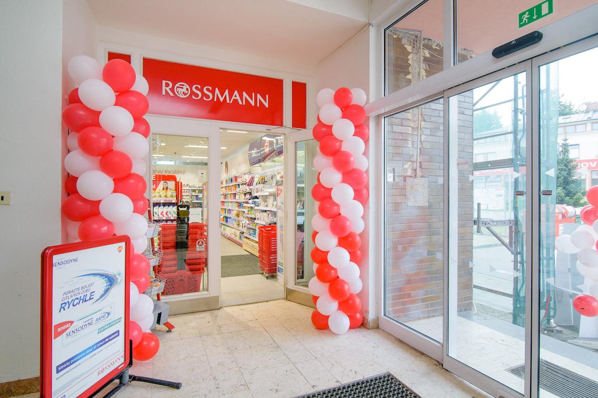 Rossmann ve Velkém Meziříčí: nové řešení vstupní zóny