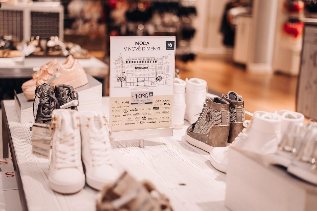 Nový koncept oddělení neformální módy v obchodním domě Van Graaf, sekce s teniskami