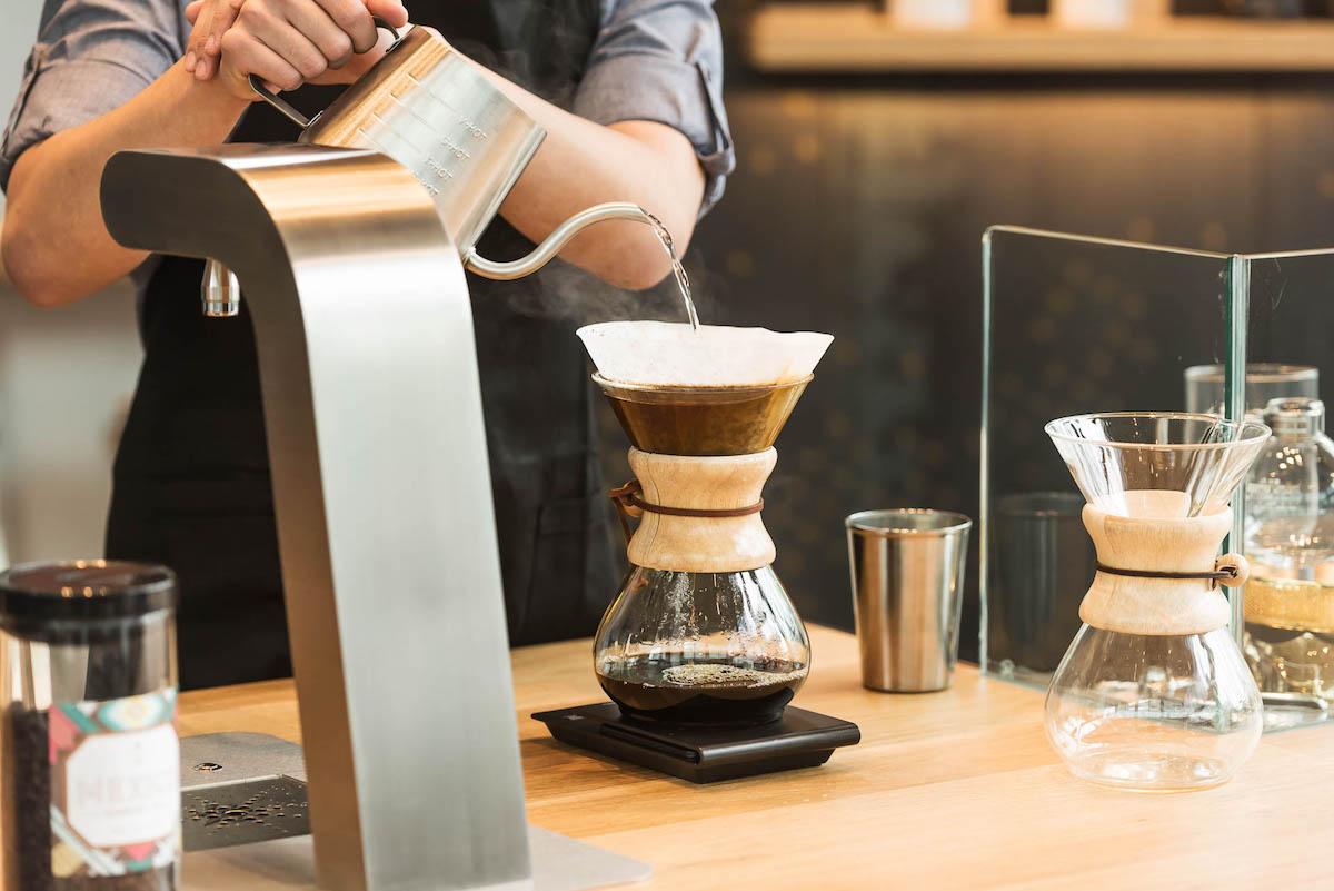 Příprava kávy metodou chemex