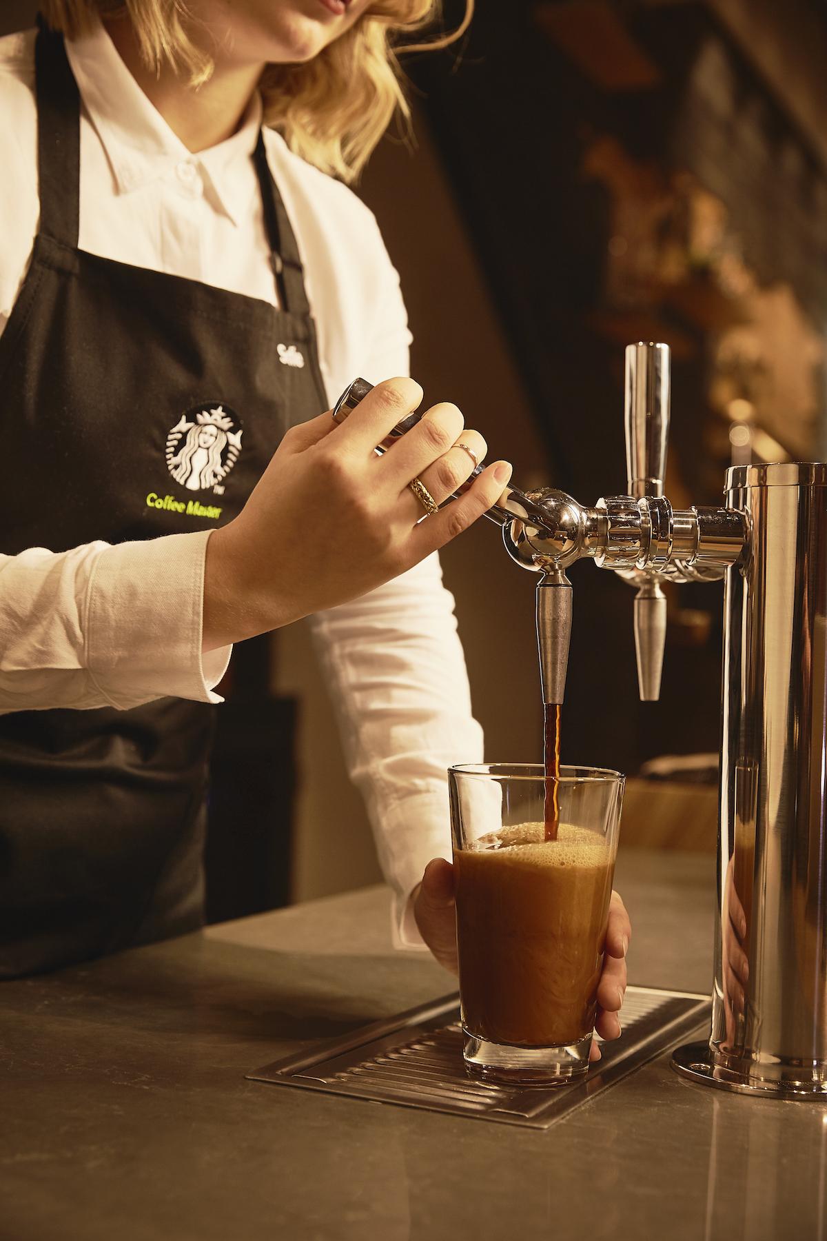 Příprava kávy metodou nitro cold brew