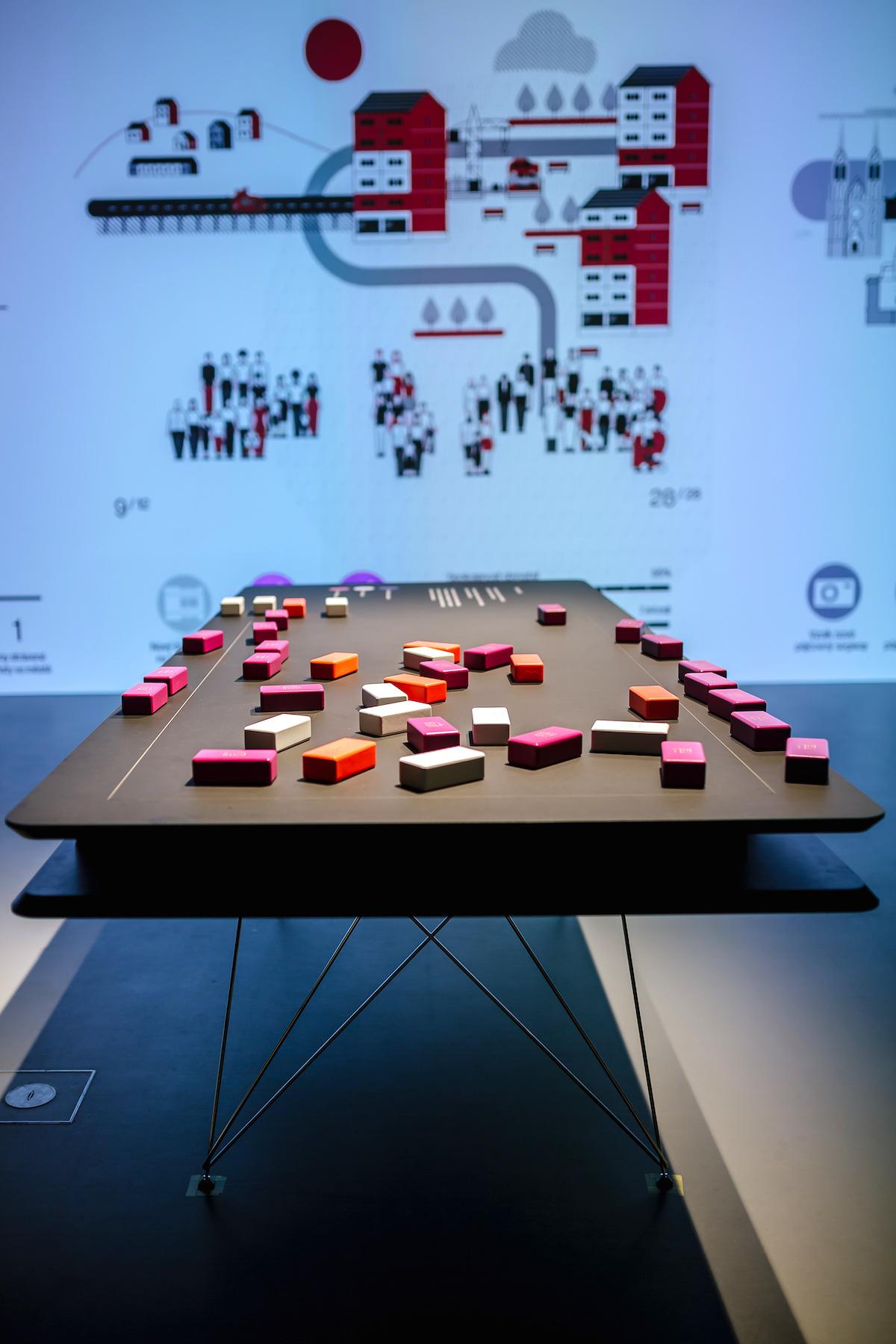 Kostky na stole a projekce. Institut plánování a rozvoje hl. m. Prahy: Pře(d)stav si Prahu (Oficina)