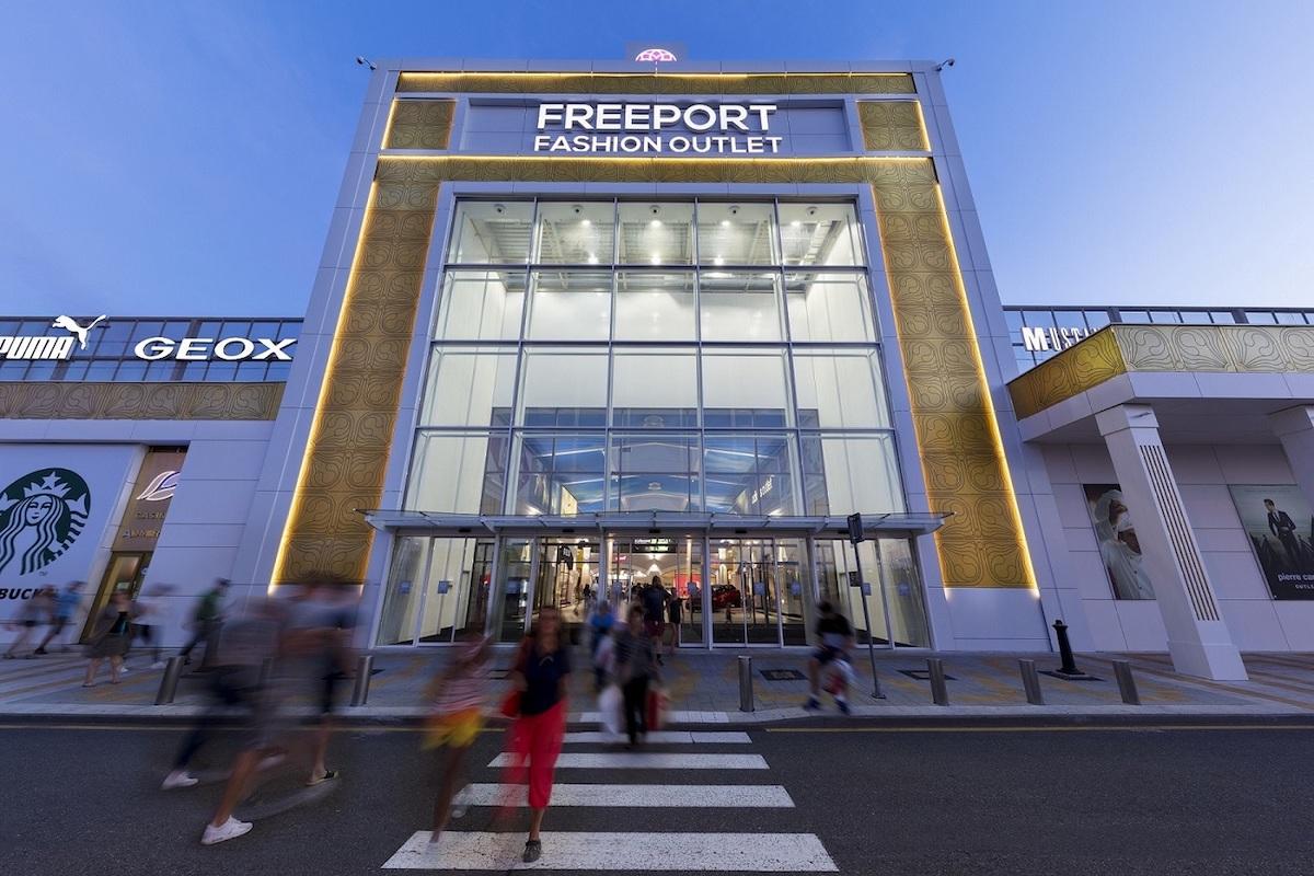 Vstupní brána outletu Freeport v Hatích