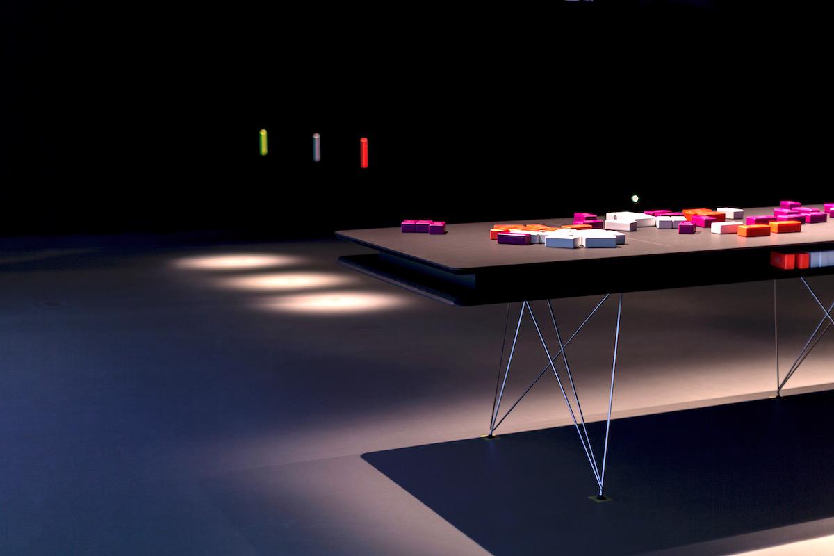 Herní stůl s kostkami. Institut plánování a rozvoje hl. m. Prahy: Pře(d)stav si Prahu (Oficina)