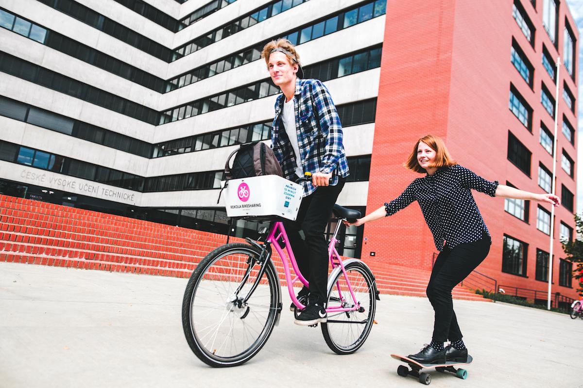 Služba Rekola půjčuje jízdní kola i skateboardy