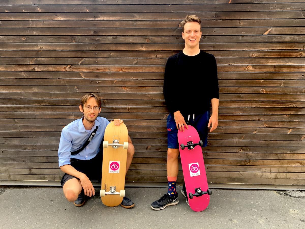 Služba Rekola půjčuje jízdní kola a nově i skateboardy