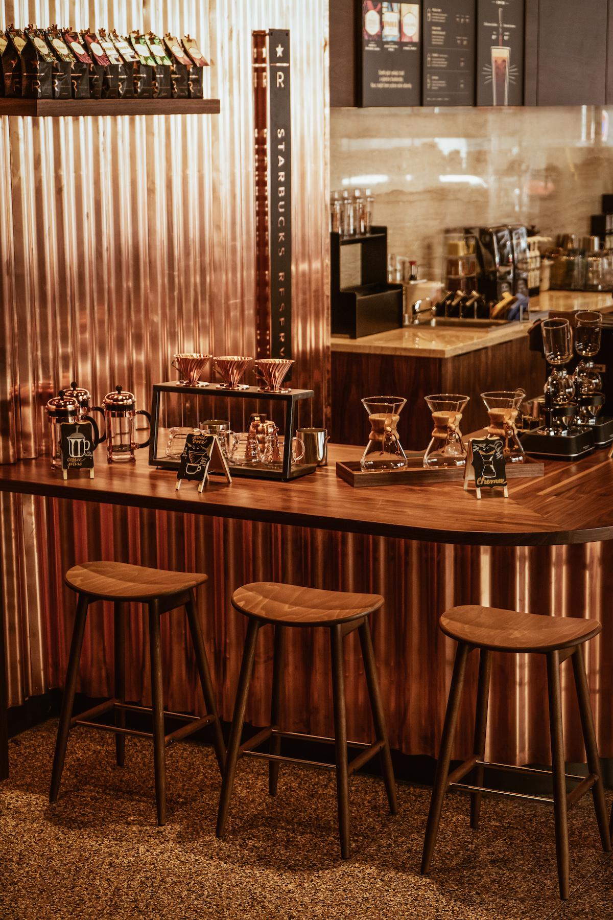 Interiér pražské kavárny Starbucks Reserve