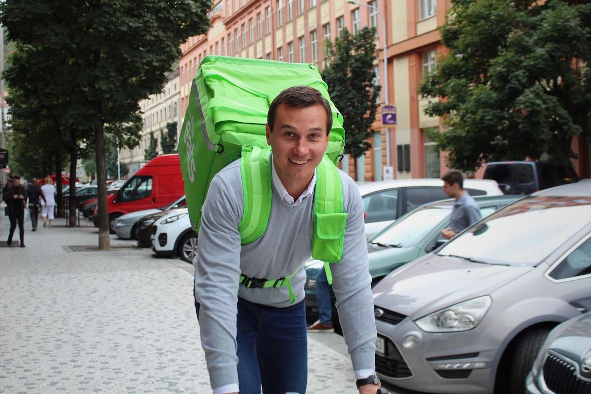 Tomáš Peťovský, šéf Uber Eats, s přepravní krabicí služby
