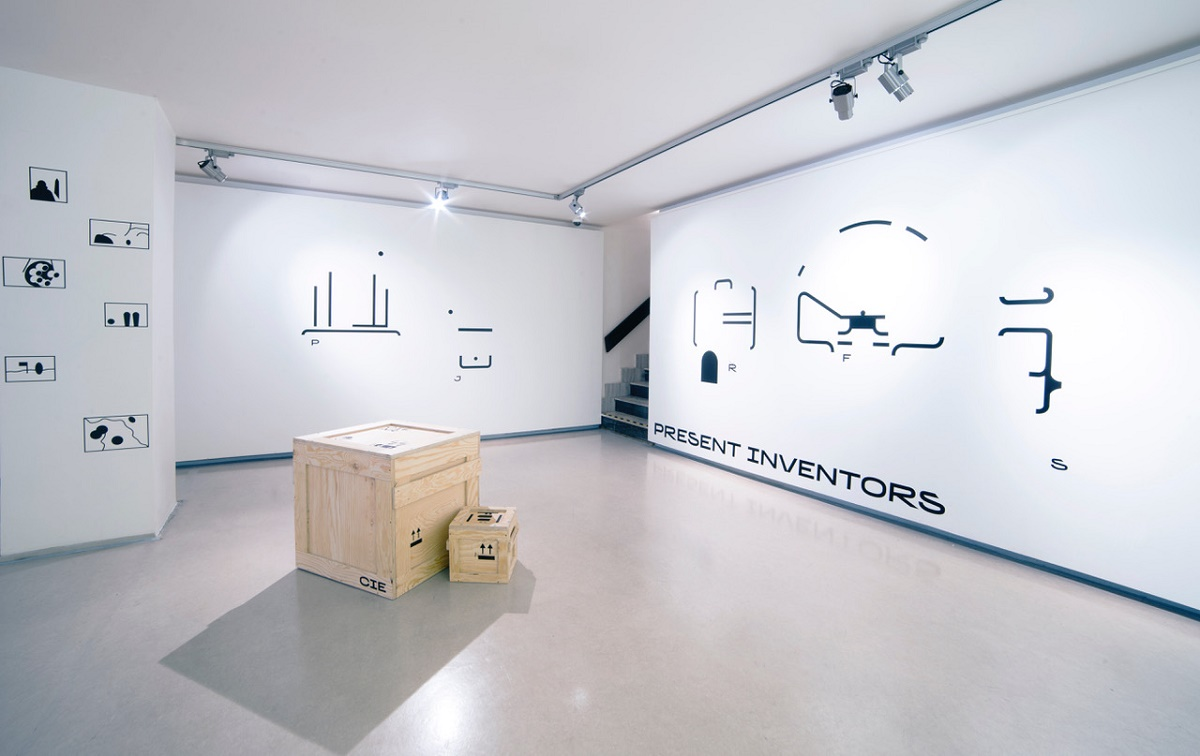 Kromě obrazců na stěnách jsou součástí výstavy také dřevěné bedny symbolizující český export