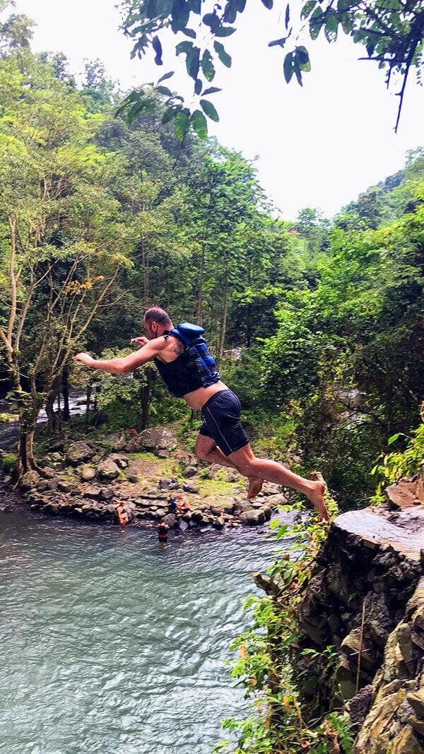 Skoky do vodopádu