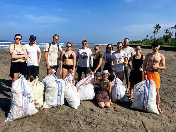 Sběr odpadků na pláži