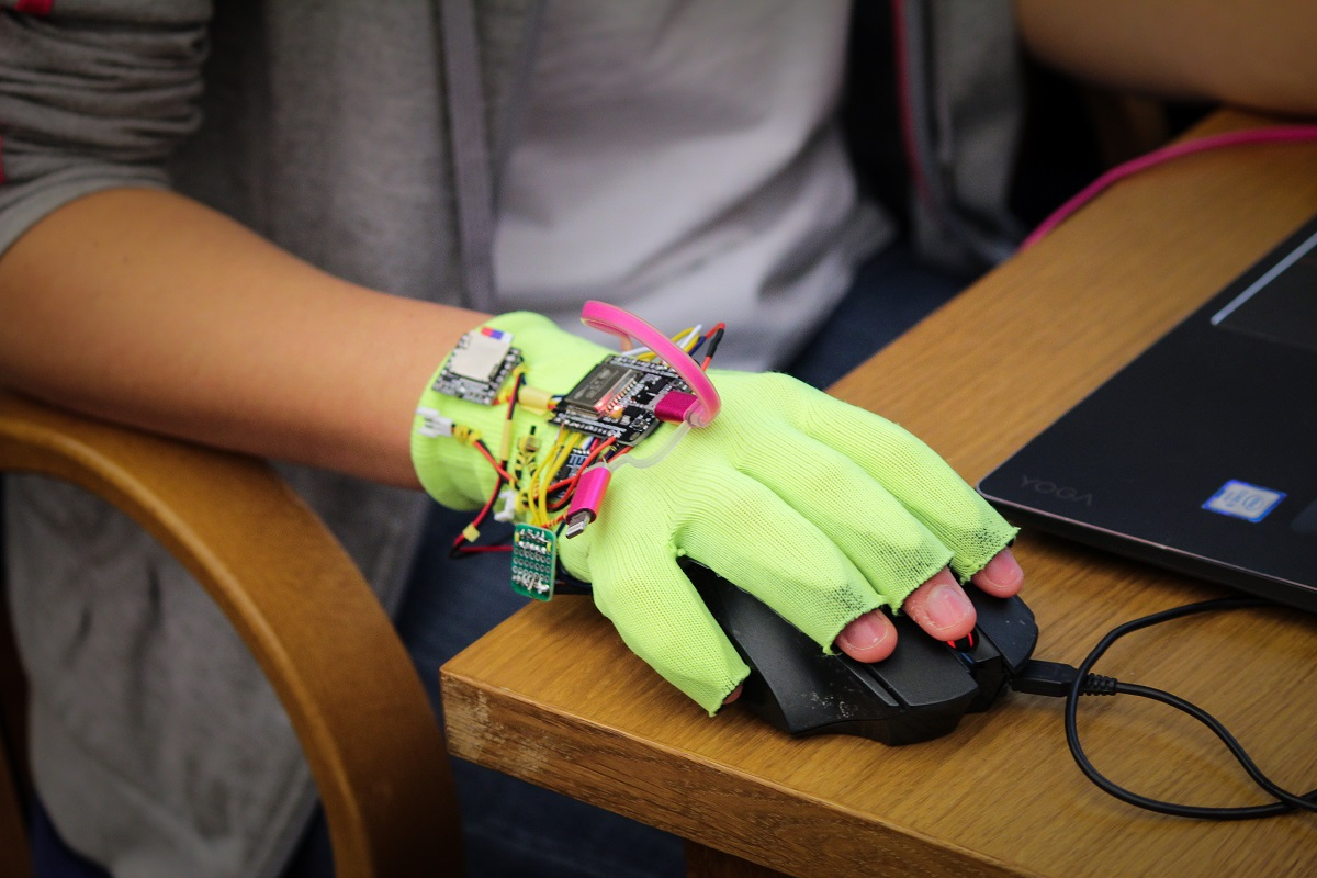 Rukavice snímají pohyby rukou. Ty pak převedou do počítače, který znaky vyhodnotí a převede na mluvenou řeč