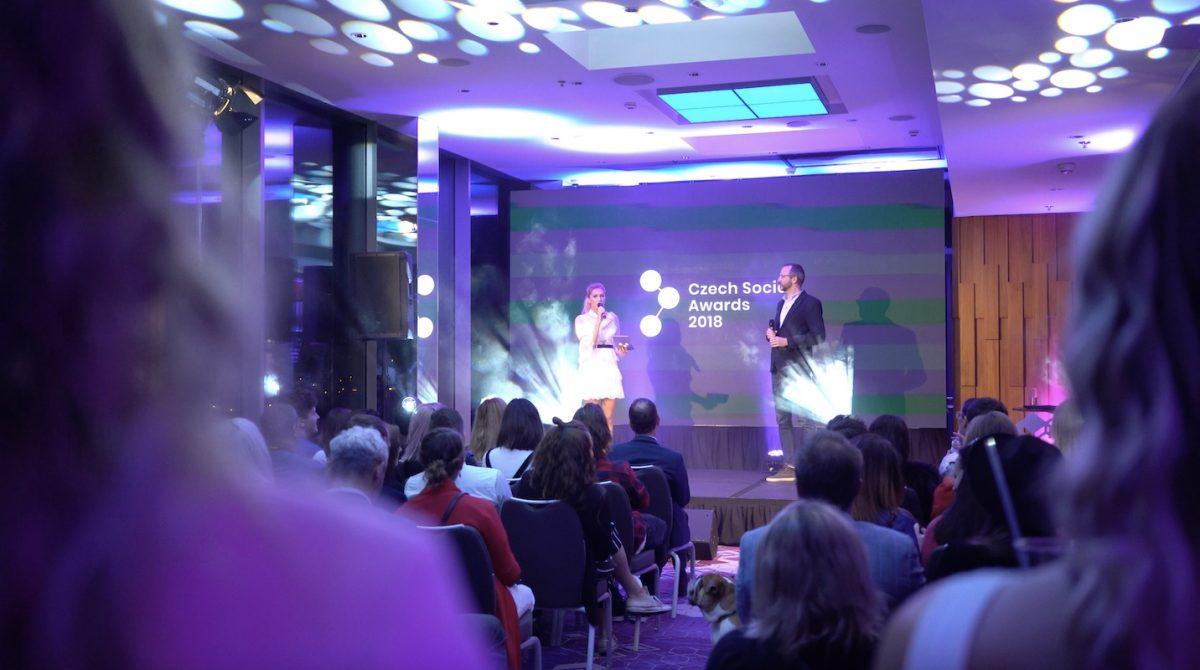 Moderátorka Zorka Hejdová na pódiu s šéfredaktorem Médiáře Ondřejem Austem, Médiář je mediální partnerem Czech Social Awards