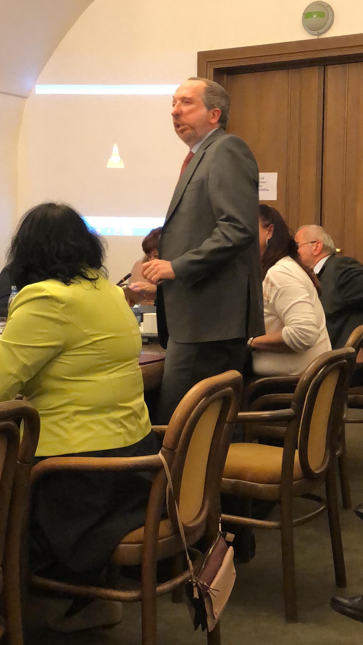 Václav Klaus mladší odchází z dnešní schůze volebního výboru