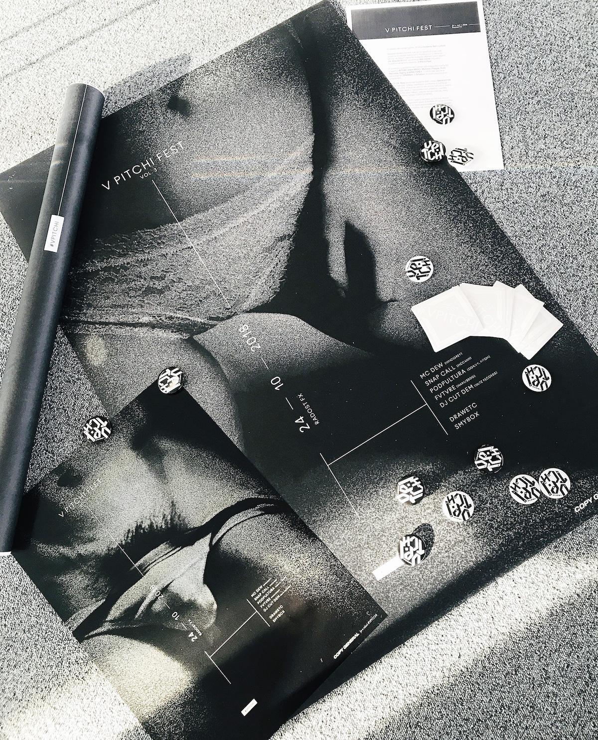 V pitchi fest: Plakáty, placky, samolepky (WMC Grey)