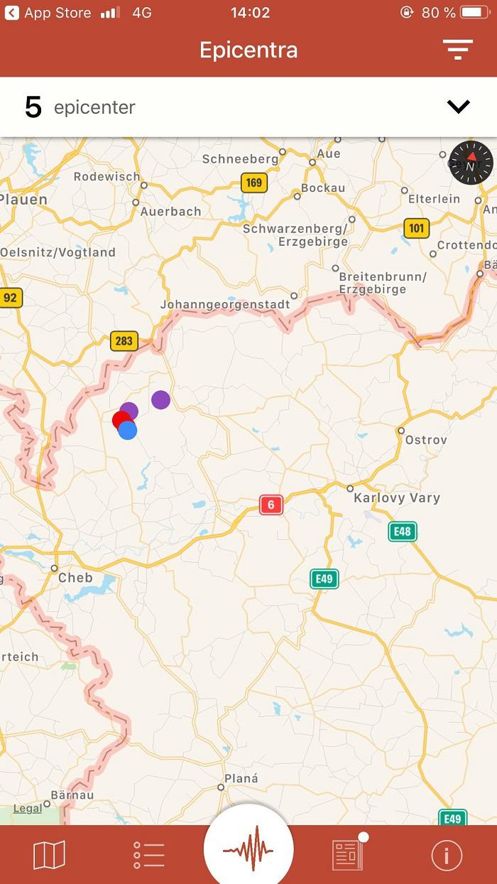 Všechna nedávná epicentra se zobrazují na mapě v podobě barevných teček