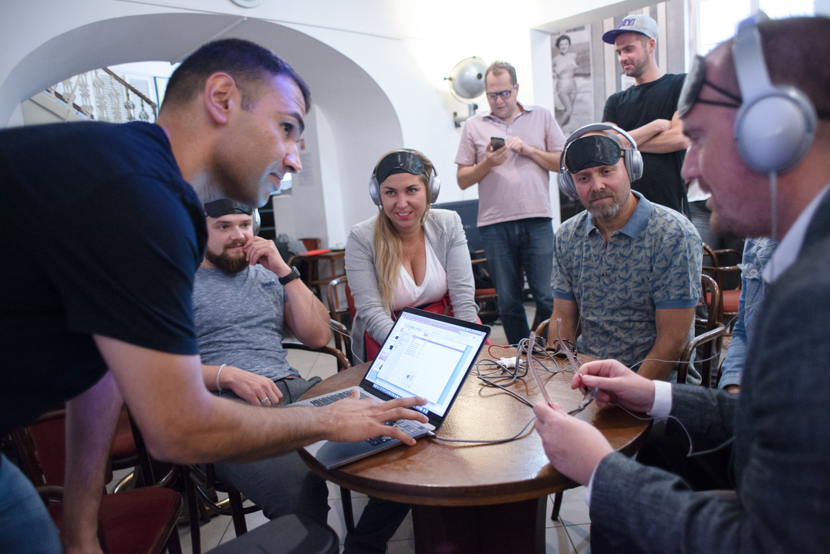 Ronan Premnath ze Spotify předvádí nové zvukové formáty reklamy zástupcům českých digitálních agentur. Foto: David Bruner