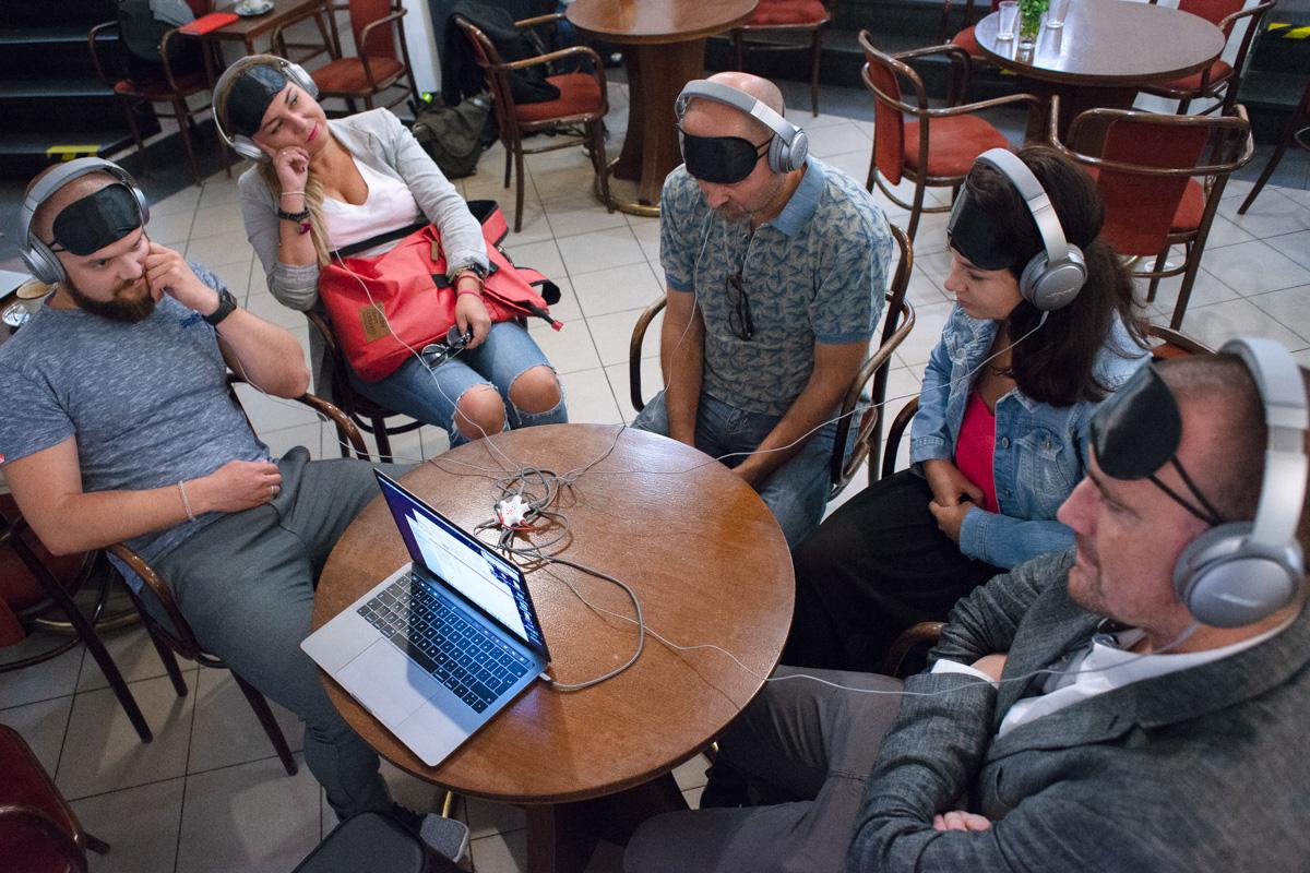 Poslechnout si novinku přišel i výkonný ředitel AKA Marek Hlavica (uprostřed). Foto: David Bruner