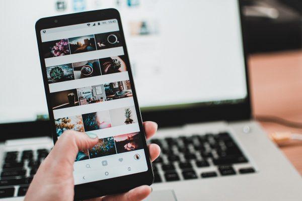 Instagram maže falešné lajky a testuje nový vzhled profilů