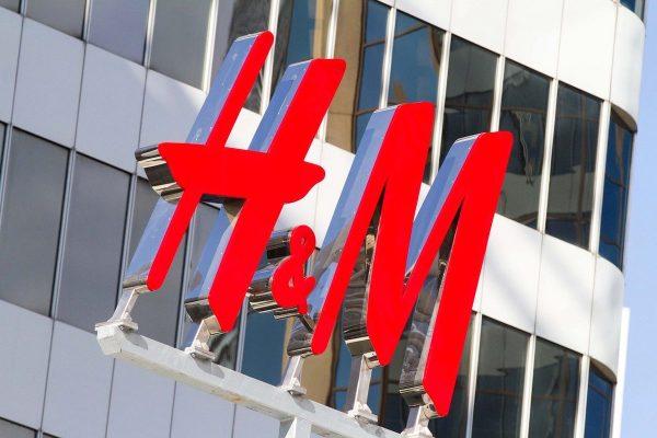H&M končí s plastovými taškami, bude prodávat papírové
