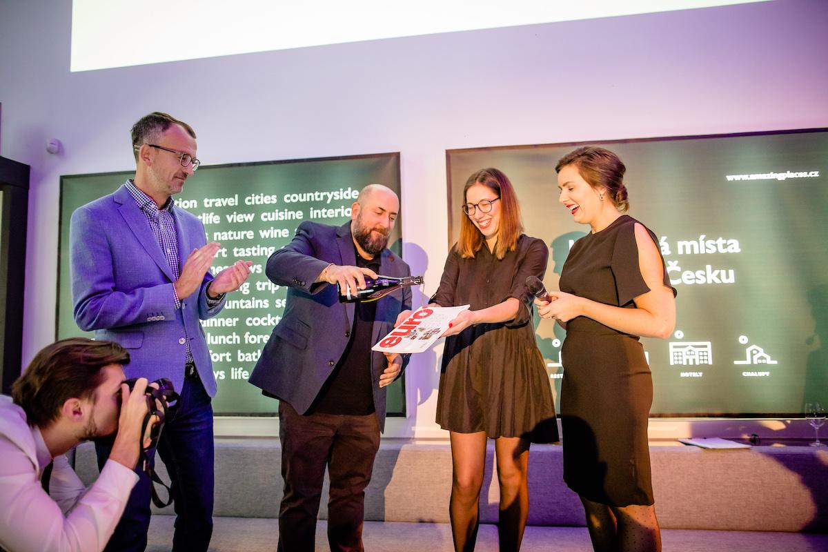 Novou vizuální identitu i tištěný speciál uvedl večírek v pražské Kotelně