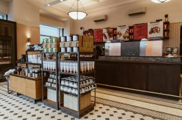 Otvírá třípatrová kavárna Clock u orloje, největší Starbucks v Česku