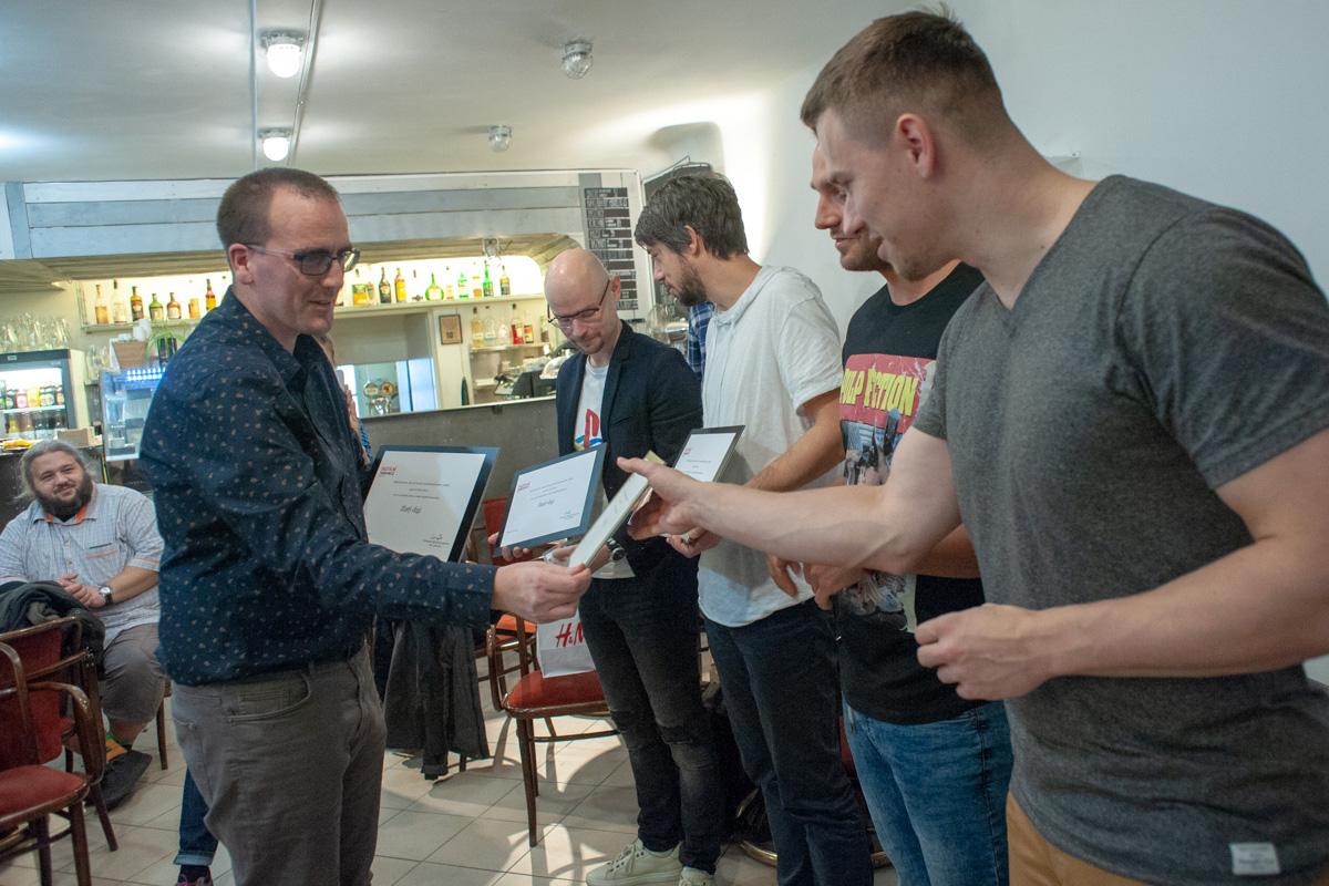 Petr Laštovka předává ocenění Zlatý digi