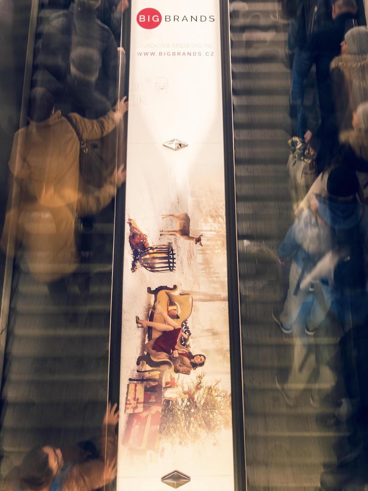 Vánoční kampaň BigBrands na eskalátorech v metru