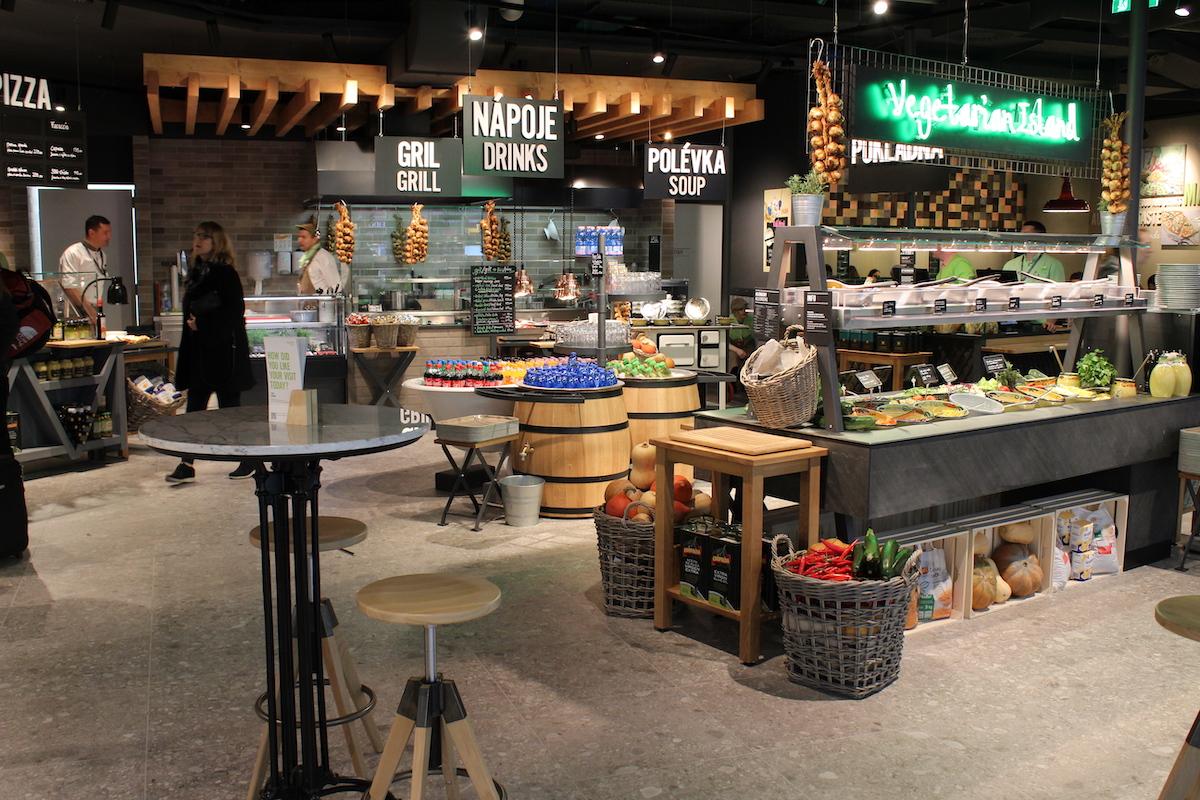 Restaurace Marché funguje na principu tržiště s čerstvýni potravinami, jídlo se připravuje před zákazníkem
