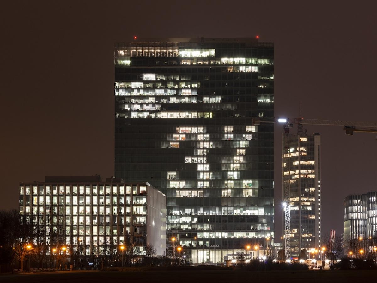 Trojka na budově City Tower