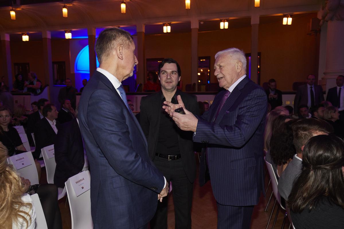 Václav Klaus hovoří s Andrejem Babišem, přihlíží Petr Macinka