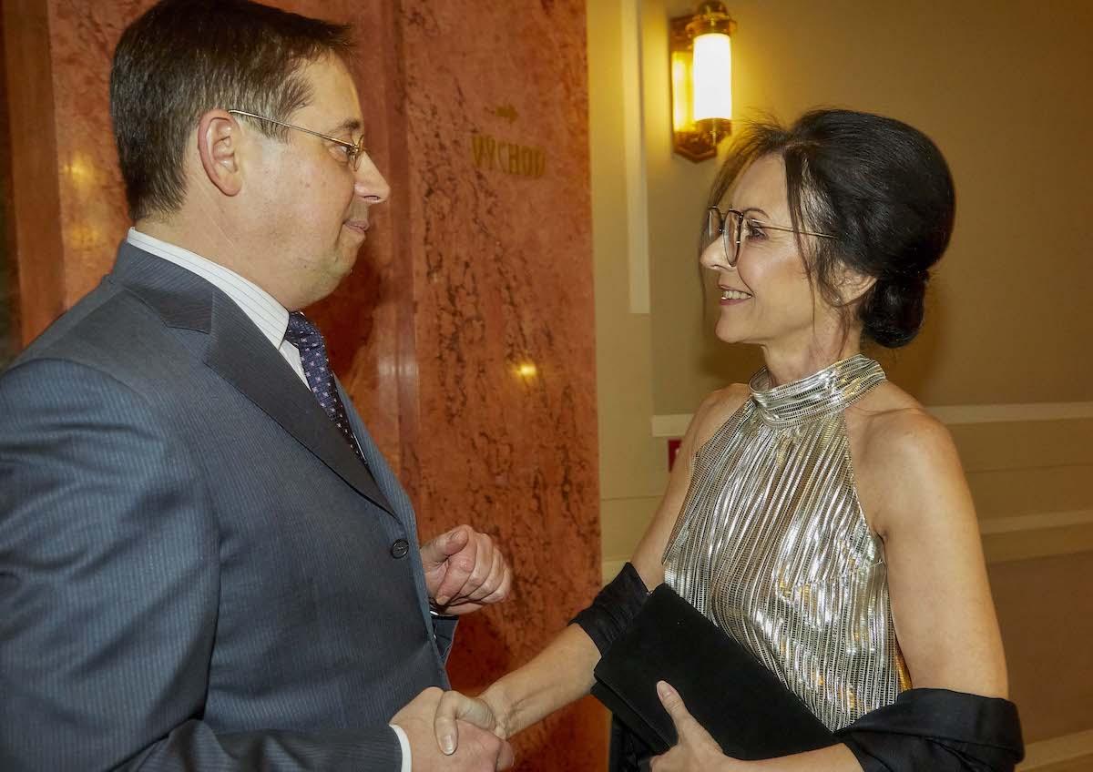 Jeden ze dvou generálních ředitelů Novy Christoph Mainusch vítá Libuši Šmuclerovou, někdejší výkonnou ředitelku