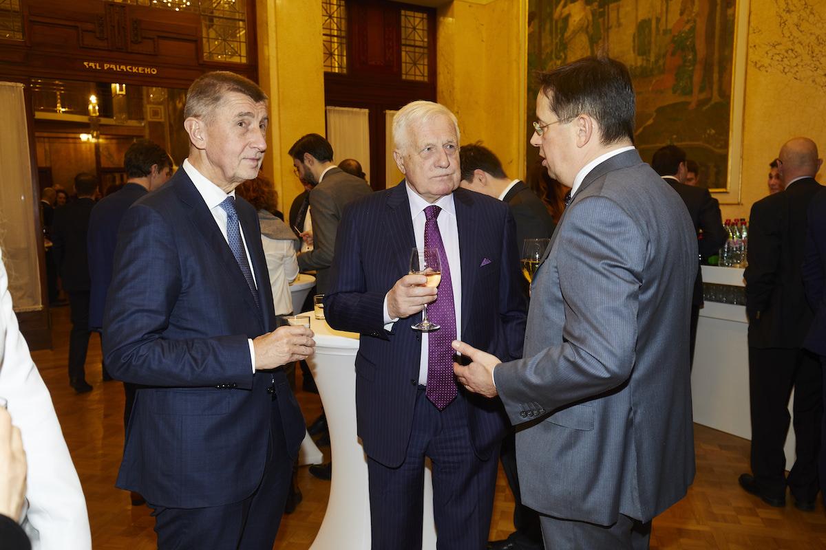 Andrej Babiš, Václav Klaus a Christoph Mainusch připíjejí, Radim Pařízek přihlíží
