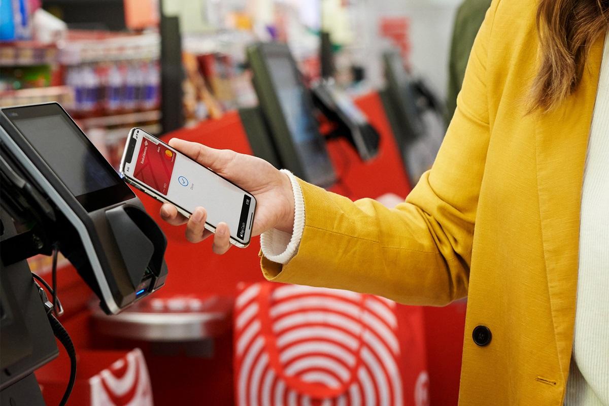 Do Česka vstoupilo Apple Pay, majitelům zařízení od Apple nabídne jednoduché bezkontaktní platby přes mobil či hodinky