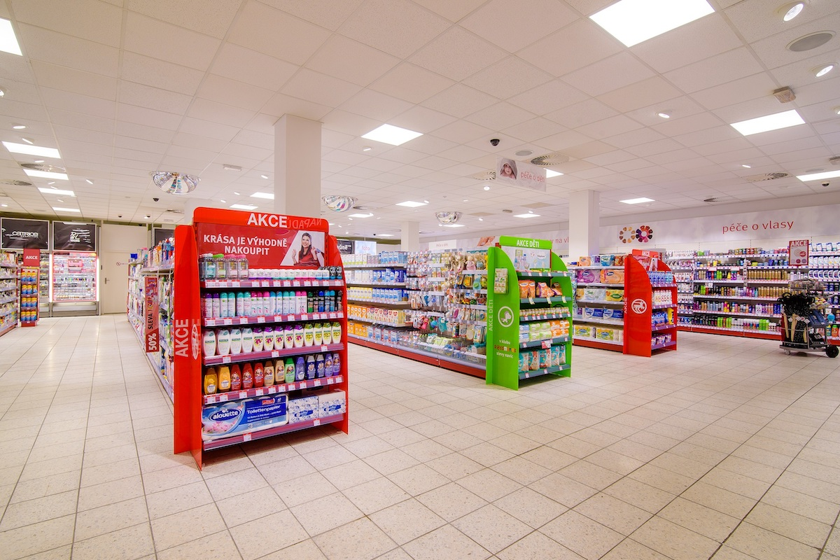 Prodejna je vybavena dekostojany, díky nimž se zákazníci rychle dozvědí o nejnovějších slevách a speciálních akcích