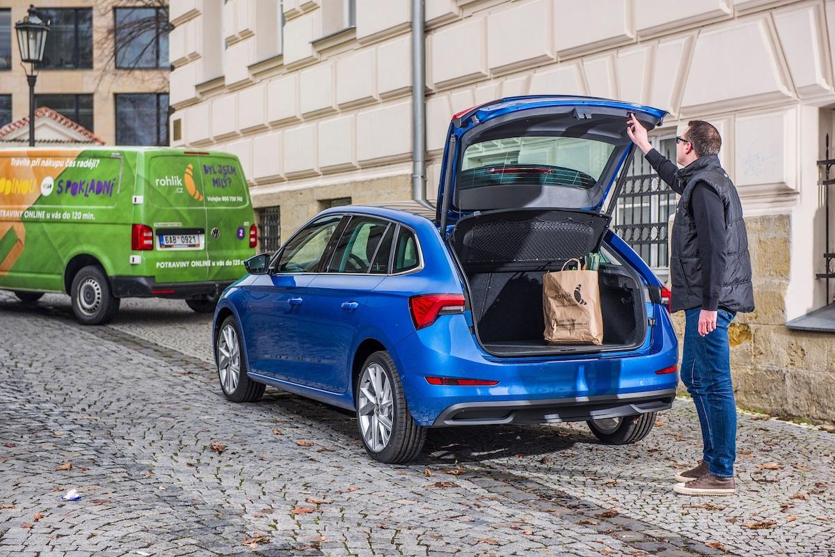 Doručování zásilek do zavazadlového prostoru vozu Škoda